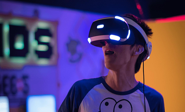 Person, die eine VR-Brille trägt und staunt